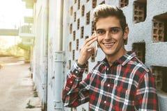 Sonrisa adolescente en el teléfono Fotos de archivo libres de regalías