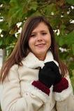 Sonrisa adolescente en la capa blanca Fotografía de archivo libre de regalías