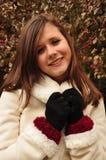 Sonrisa adolescente en la capa blanca imagen de archivo