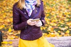 Sonrisa adolescente feliz de la muchacha durante caminar en parque del otoño Imagen de archivo libre de regalías
