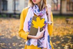 Sonrisa adolescente feliz de la muchacha durante caminar en parque del otoño Fotos de archivo libres de regalías