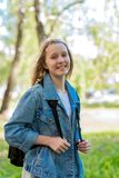 Sonrisa adolescente feliz de la muchacha Verano en naturaleza Una colegiala el vacaciones En chaqueta del dril de algodón detrás  Imágenes de archivo libres de regalías