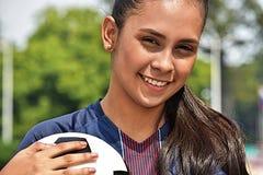 Sonrisa adolescente femenina joven del jugador de fútbol Fotografía de archivo