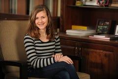 Sonrisa adolescente joven de la muchacha Fotografía de archivo libre de regalías