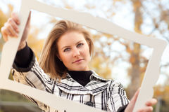 Sonrisa adolescente joven hermosa en el parque con el marco Foto de archivo