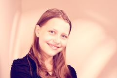 Sonrisa adolescente preciosa de la muchacha Fotografía de archivo