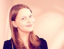 Sonrisa adolescente preciosa de la muchacha Fotografía de archivo libre de regalías