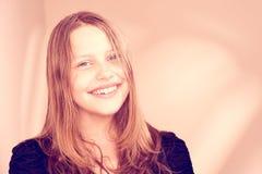 Sonrisa adolescente preciosa de la muchacha Foto de archivo libre de regalías
