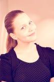 Sonrisa adolescente preciosa de la muchacha Imagen de archivo libre de regalías