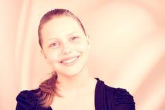 Sonrisa adolescente preciosa de la muchacha Imágenes de archivo libres de regalías