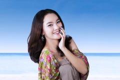 Sonrisa adolescente sonriente en la playa Foto de archivo