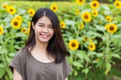 Sonrisa adolescente tailandesa asiática del retrato lindo con el girasol Foto de archivo libre de regalías