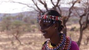 Sonrisa adornada de la mujer de las tribus de Samburu metrajes