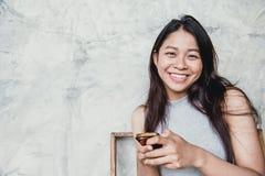 sonrisa adulta de las mujeres del pelo largo asiático del negro aislada en blanco Imagen de archivo