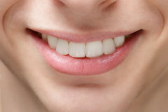Sonrisa adulta del hombre joven Foto de archivo libre de regalías