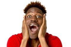Sonrisa afroamericana amistosa y feliz joven del hombre emocionada y presentación fresca y alegre Imagen de archivo libre de regalías