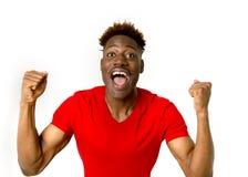 Sonrisa afroamericana amistosa y feliz joven del hombre emocionada y presentación fresca y alegre Foto de archivo