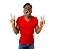 Sonrisa afroamericana amistosa y feliz joven del hombre emocionada y presentación fresca y alegre Fotos de archivo libres de regalías