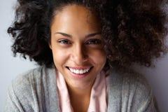 Sonrisa afroamericana hermosa de la cara de la mujer Foto de archivo libre de regalías
