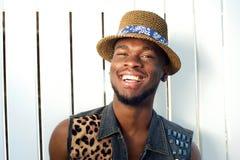 Sonrisa afroamericana joven feliz del hombre Imagen de archivo