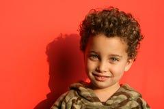 Sonrisa agradable - fondo rojo Imagen de archivo libre de regalías