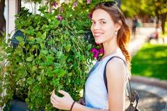 Sonrisa al aire libre hermosa de la mujer joven fotografía de archivo