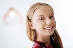 Sonrisa alegre de la chica joven Foto de archivo