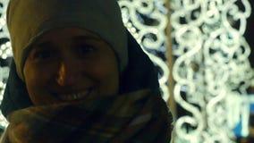 Sonrisa alegre de la mujer joven en invierno escarchado en la calle almacen de metraje de vídeo