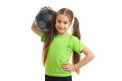 Sonrisa alegre de la niña con el balón de fútbol en sus manos Imagen de archivo