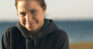Sonrisa alegre feliz del retrato de la muchacha en el cierre de la cámara para arriba metrajes