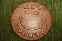 Sonrisa, amor de dios que usted manda un SMS en la madera Fotos de archivo libres de regalías