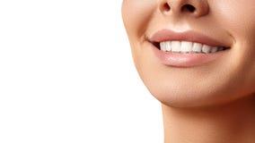 Sonrisa amplia de la mujer hermosa joven, dientes blancos sanos perfectos El blanquear, ortodont, diente del cuidado y salud dent imágenes de archivo libres de regalías