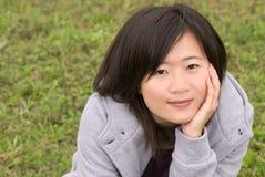 Sonrisa asiática de la belleza al aire libre imagenes de archivo