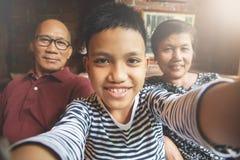 Sonrisa asiática de la familia de la felicidad Imagenes de archivo