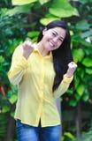 Sonrisa asiática de la mujer feliz en parque Acción del ganador o del successfu Imágenes de archivo libres de regalías