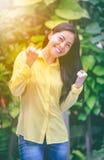 Sonrisa asiática de la mujer feliz en parque Acción del ganador o del successfu Fotografía de archivo libre de regalías