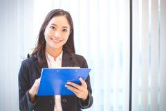Sonrisa asiática de las mujeres de negocios feliz para trabajar fotos de archivo