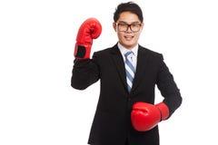 Sonrisa asiática del hombre de negocios con el guante de boxeo rojo Imagen de archivo
