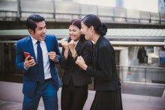 Sonrisa asiática del hombre de negocios y de la empresaria y alegre para acertado en la misión foto de archivo libre de regalías