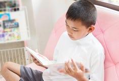 Sonrisa asiática del muchacho fotografía de archivo libre de regalías