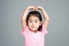 Sonrisa asiática feliz de la muchacha en su cara Fotografía de archivo