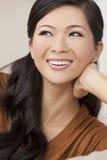 Sonrisa asiática oriental china hermosa de la mujer Fotos de archivo libres de regalías