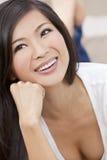 Sonrisa asiática oriental china hermosa de la mujer Fotografía de archivo