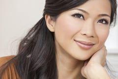 Sonrisa asiática oriental china hermosa de la mujer Fotografía de archivo libre de regalías