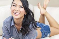 Sonrisa asiática oriental china hermosa de la mujer Imágenes de archivo libres de regalías