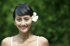 Sonrisa asiática cómoda de la mujer Fotos de archivo libres de regalías