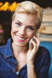 Sonrisa bastante rubia en el teléfono Fotografía de archivo libre de regalías