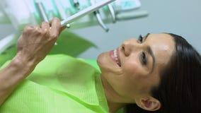 Sonrisa blanca como la nieve del paciente feliz satisfecha con el tratamiento de dientes, primer metrajes