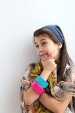 Sonrisa blanca contemplativa feliz de la chica joven Fotografía de archivo