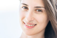 Sonrisa bonita de la chica joven Fotografía de archivo libre de regalías
